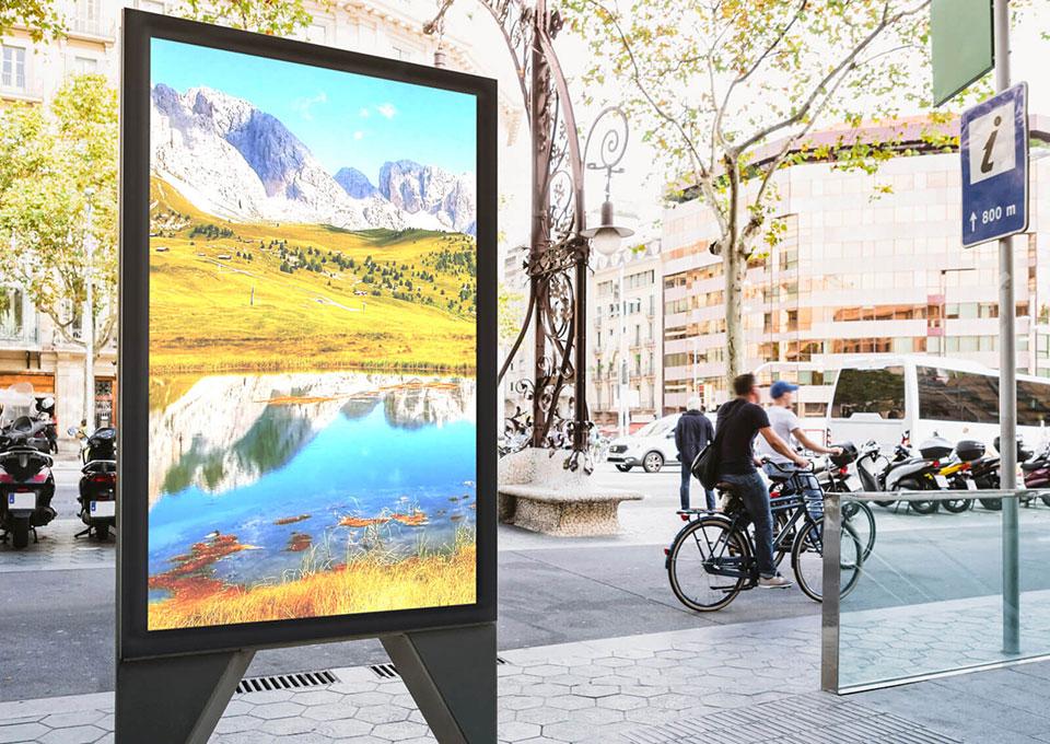 デジタルサイネージを屋外で使用するイメージ